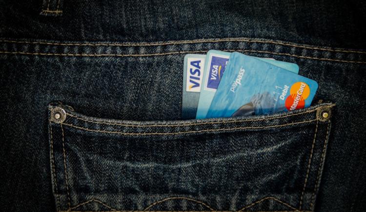 Počet platebních karet v tuzemsku stoupl o půl milionu na 11,8 milionu