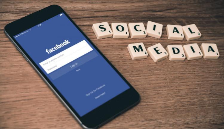 """Facebook žaluje Číňany za prodej falešných účtů či """"lajků"""""""