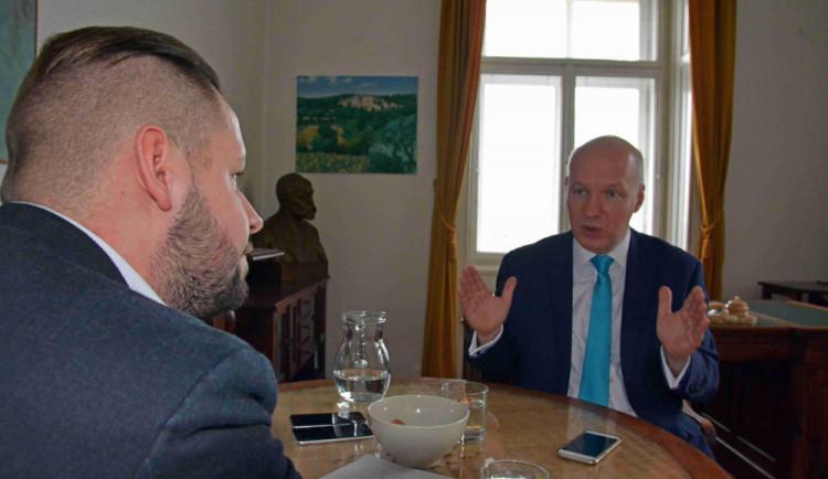 Fischer chce pozvat Kellnera, aby o Huawei promluvil v Senátu