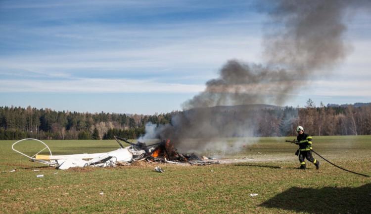 FOTO: U Slavoňova na Náchodsku spadl vrtulník. Dva lidé zemřeli