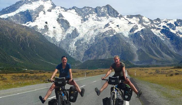 Káťa a Pája odešly z práce sjížděj svět na kole.