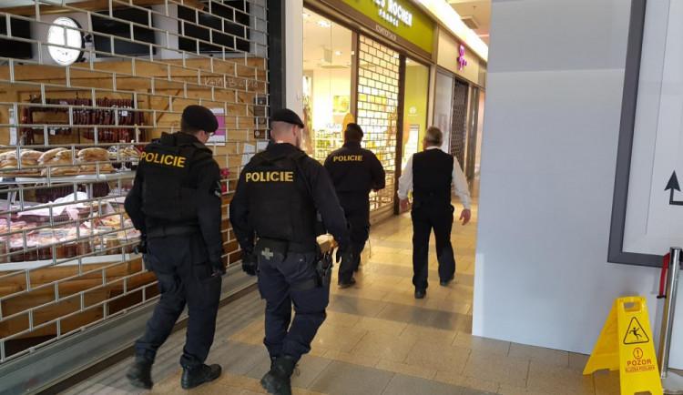 Policisté z OC Forum v Liberci kvůli bombě evakuovali čtyři sta lidí. Žádnou nenašli