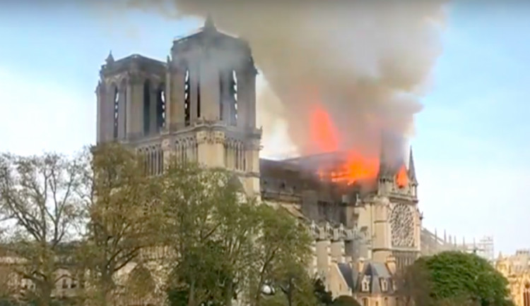Vláda: Katedrálu Notre-Dame se možná nepodaří zachránit