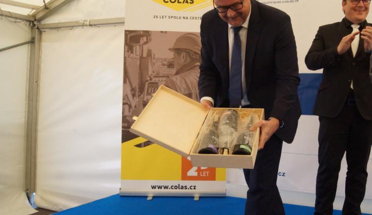 Daň Ťok ukazuje obsak darované krabice.