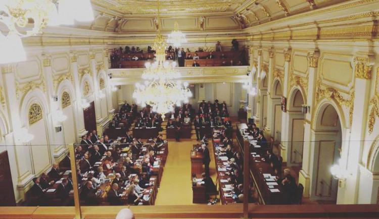 Církve mají platit daň z náhrad od státu, rozhodla Sněmovna