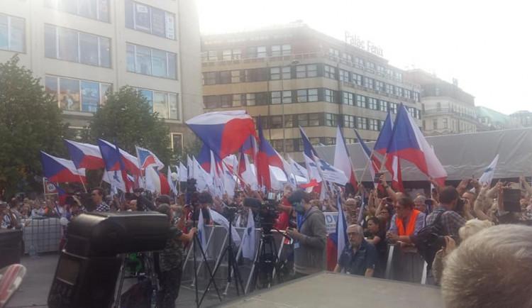 Pokřikování a zásah policie. V centru Prahy se sešli příznivci SPD i jejich odpůrci