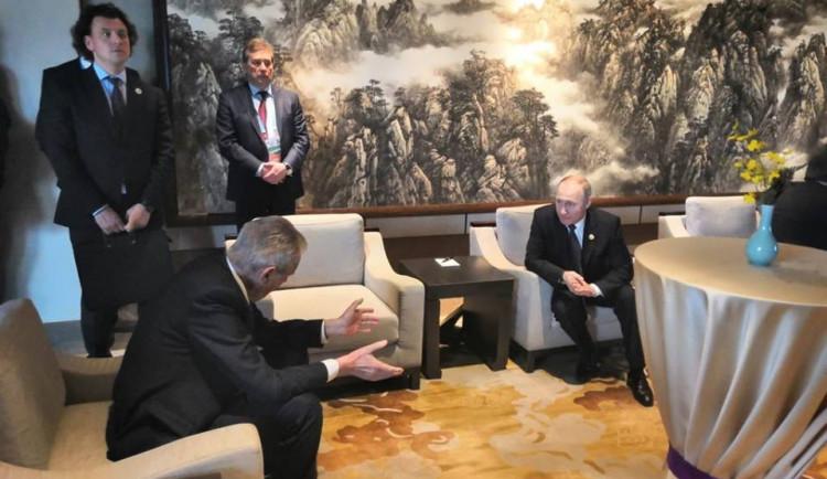 Zeman se na konferenci v Pekingu krátce sešel s Putinem