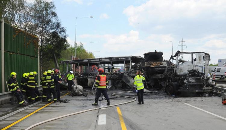 Na Pražském okruhu se dnes srazil kamion převážející tanky s autobusem.