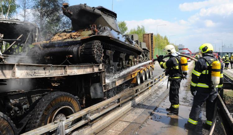 FOTO, VIDEO: Smržovské tanky se v Praze srazily s autobusem, při požáru zemřel jeden člověk