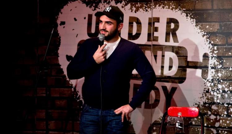 Na Facebooku se cítí každý statečně a rád se o svůj názor podělí, říká komik Tigran Hovakimyan