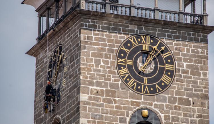 Hodiny na Černé věži v Budějcích po čtyřiceti letech září novotou. Speciální barvu vybírali památkáři