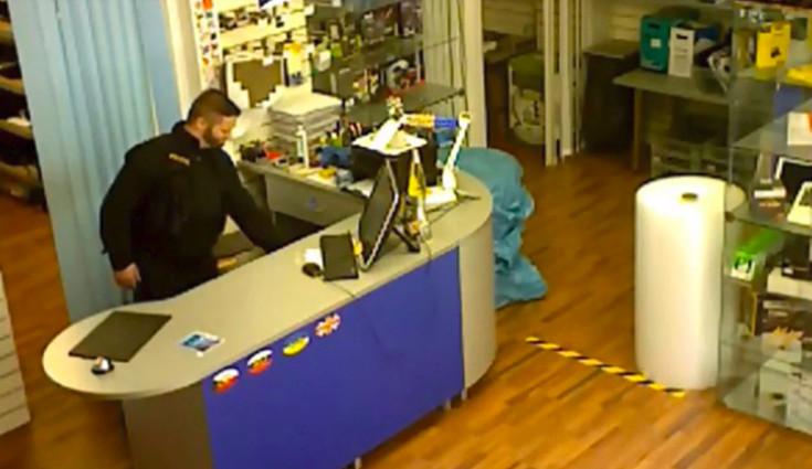 Muž v policejní uniformě kradl v elektroservisu, škoda je 30 tis.