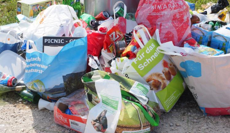 PRŮZKUM: Češi vyhazují jídlo, plýtvání ale považují za problém