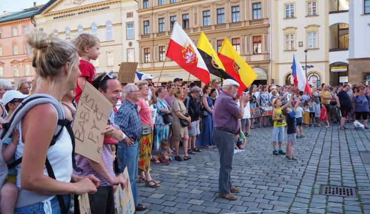PŘEHLEDNĚ: Tisíce lidí protestovaly v městech proti Babišovi a Benešové