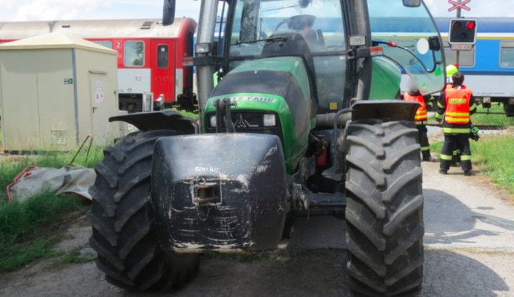 V Kaplici se srazil vlak s traktorem, škoda je skoro čtyři sta tisíc