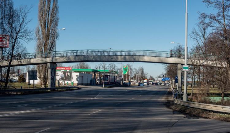 Autobusové zastávky na Dlouhé louce čekají na kolaudaci. V provozu by mohly být v polovině července