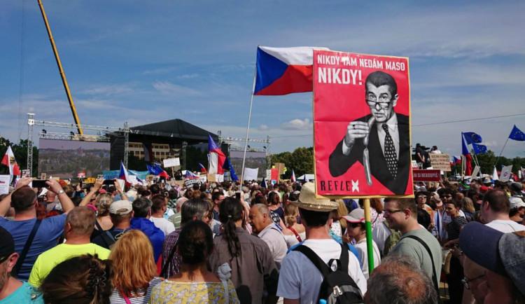 Demonstranti se před protestem na Letné sjíždějí do Prahy