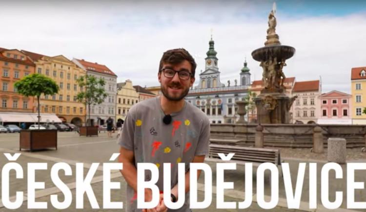 VIDEO: Rubeš a Mikulka si posvítili na Budějce. Co u nás doporučí Honest Guide turistům?