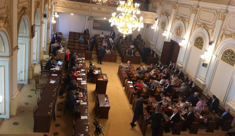 Babišova vláda po 17 hodinách jednání ustála hlasování o nedůvěře