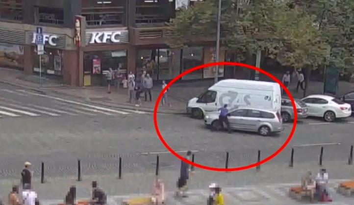 VIDEO: Řidič v Praze vezl na kapotě strážníka, když ujížděl od přestupku