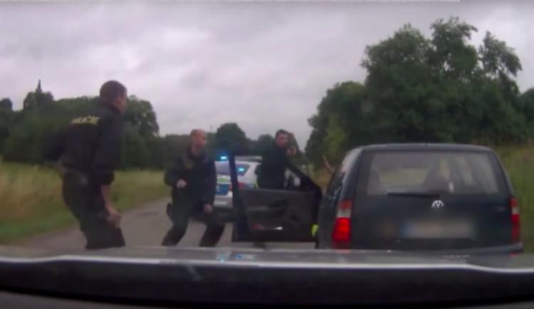 VIDEO: Zdrogovaný muž ujížděl policii. Zběsilou jízdu i policejní střelbu si natáčel na Instagram