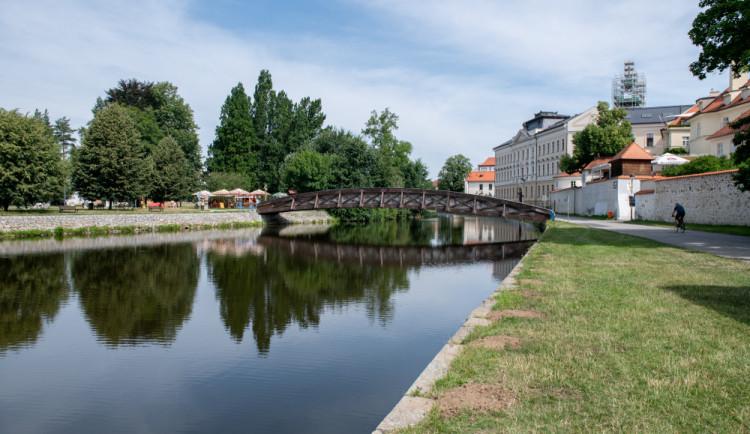 Odstranění zábradlí na Sokoláku? Lavina komentářů a hromadné tonutí v Malši