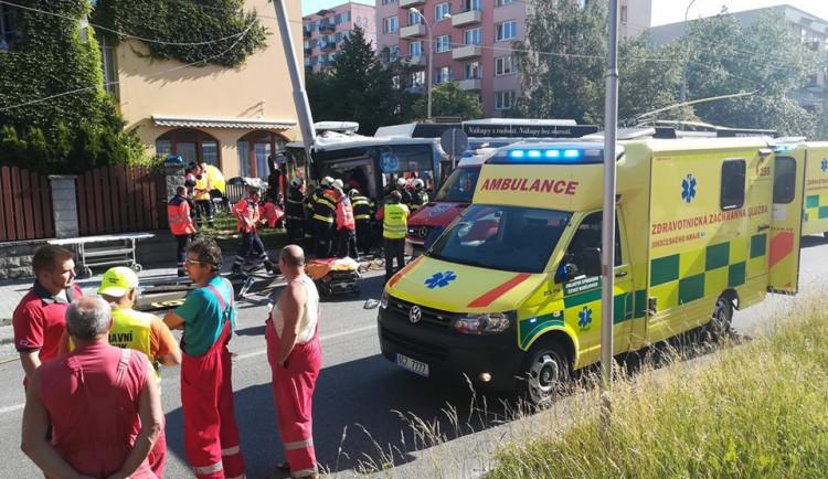 Policie potvrdila přítomnost alkoholu u řidičky trolejbusu, který havaroval na Máji