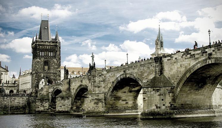 Hřib chce Černému za vyčištění Karlova mostu zaplatit