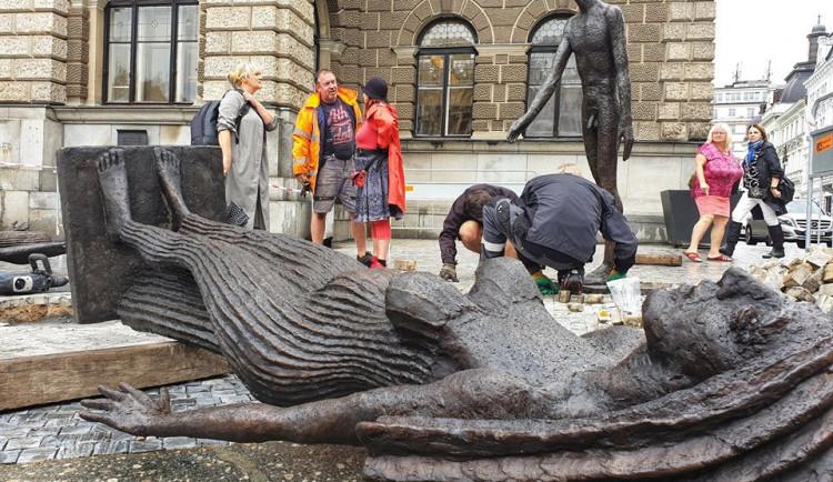 FOTO: Nové sochy před radnicí. Do Liberce se po půl století vrací dílo Olbrama Zoubka