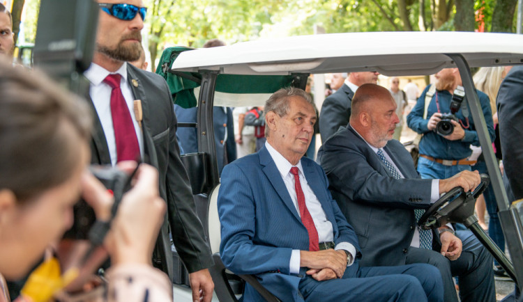 FOTO: Zeman přijel na Živitelku v golfovém vozíku. V proslovu kritizoval Martina Bursíka