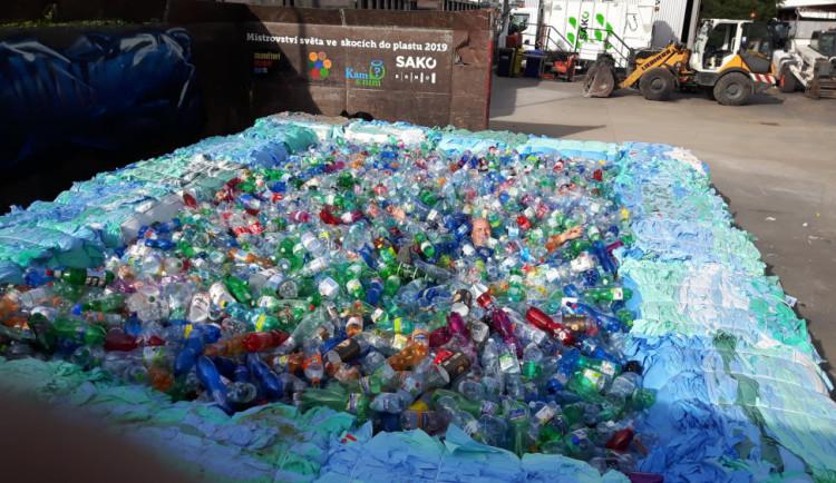 V Brně naplnili bazén PET lahvemi, lidé se poučili o odpadech