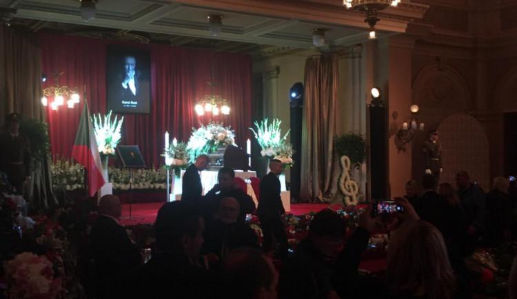 VIDEO: Lidé se přicházejí poklonit Karlu Gottovi na Žofín