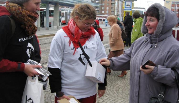 Koupí bílé pastelky dnes mohou lidé přispět na pomoc nevidomým